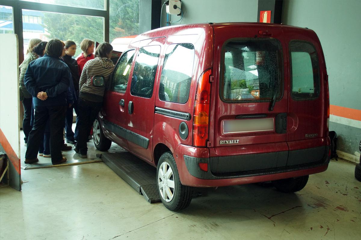 curso mecanica mujeres andragunea repara tu vehiculo iurreta explicando